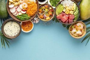 vue de dessus assortiment délicieux poke bowl. beau concept de photo de haute qualité