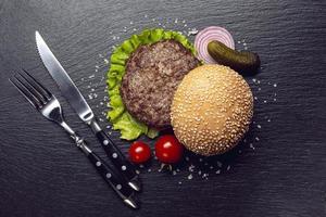 vue de dessus burger ingrédients ardoise arrière-plan. beau concept de photo de haute qualité