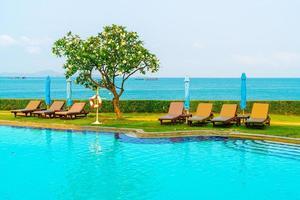 chaise piscine autour de la piscine avec fond de mer - vacances et concept de vacances photo