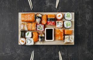 arrangement de sushi japonais traditionnel. beau concept de photo de haute qualité