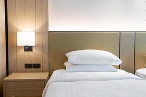 décoration d'oreiller blanc sur le lit dans la chambre de l'hôtel photo