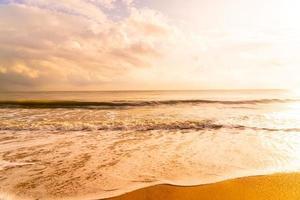 belle et vide plage mer au lever ou au coucher du soleil photo