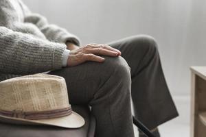 vue de côté homme avec son chapeau maison de retraite. beau concept de photo de haute qualité