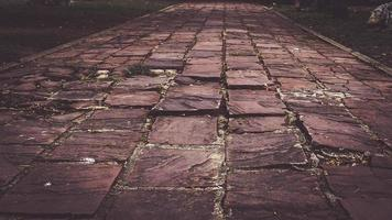 texture de la chaussée de pierre en perspective. fond de chaussée. abstrait de l'ancien gros plan de la chaussée pavée. idée de texture photo