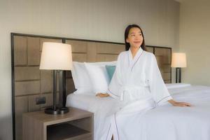 Portrait de belles jeunes femmes asiatiques sourire heureux dans la chambre photo