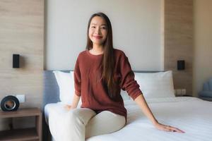 Portrait de belles jeunes femmes asiatiques sourire heureux se détendre sur le lit photo