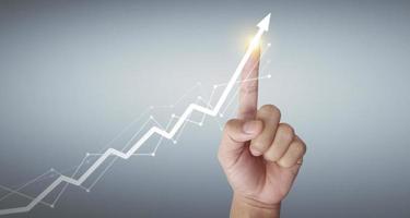 graphiques touchant la main du tableau d'analyse du marché des indicateurs financiers photo
