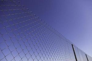 clôture métallique avec ciel bleu photo