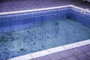piscine sale et abandonnée photo