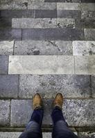 pieds d'homme dans les escaliers photo