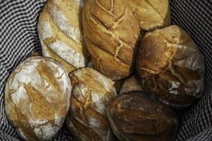 pain dans un panier en osier photo