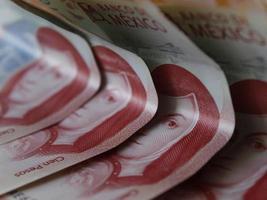 économie et finance avec de l'argent mexicain photo