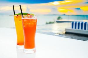 verre à cocktails à boire de la glace photo