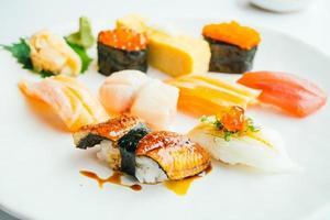 Sushi nigiri cru et frais dans une assiette blanche photo