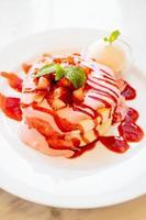 dessert de crêpes sucrées à la fraise photo