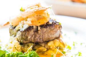 bœuf et crevettes grillés ou steak de crevettes photo