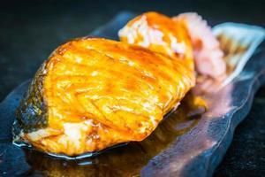 saumon grillé avec sauce douce teriyaki photo