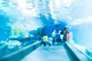 flou abstrait et défocalisé sous l'eau du réservoir tunnel de l'aquarium photo