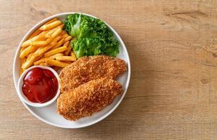 steak de filet de poitrine de poulet frit avec frites et ketchup photo