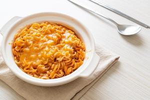 bol de nouilles instantanées épicées avec fromage mozzarella photo