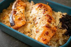 saumon au four avec fromage et bol de riz miso épicé photo
