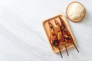 brochette d'ailes de poulet grillées ou barbecue avec riz gluant photo