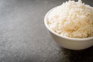 bol de riz blanc au jasmin thaï cuit photo