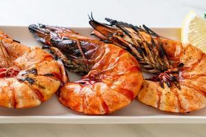 crevettes tigrées grillées ou crevettes au citron sur une assiette photo