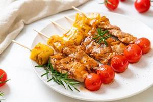 Brochette barbecue de porc grillé sur assiette photo