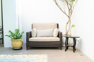 oreiller confortable décorer sur un canapé autour de la piscine photo