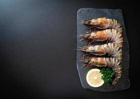 crevettes tigrées fraîches ou crevettes sur tableau noir photo