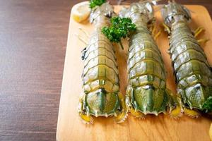 Crevettes mantis fraîches au citron sur une planche photo