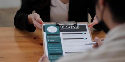 concept de candidature à des emplois et d'entretiens, la femme espère un CV et un recruteur envisage de postuler, le responsable des ressources humaines prend la décision d'embauche photo