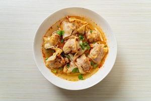 soupe wonton de porc ou soupe de boulettes de porc avec chili rôti - style cuisine asiatique photo