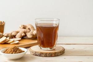 verre de jus de gingembre chaud et sucré aux racines de gingembre - style de boisson saine photo