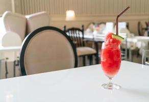 Verre de smoothie pastèque fraîche sur table au café restaurant photo