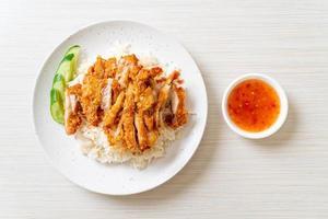 riz au poulet hainanais avec poulet frit photo