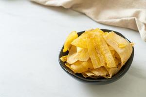 chips de banane bananes frites ou cuites au four photo