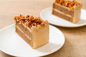 Gâteau aux amandes au café fait maison sur plaque blanche photo