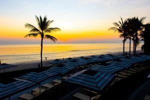 parasols et chaises autour de la piscine extérieure de l'hôtel resort pour les vacances de vacances fond de voyage photo