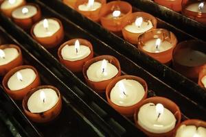 bougies d'église allumées photo
