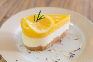 Gâteau au fromage au citron sur une assiette dans un café et un restaurant photo