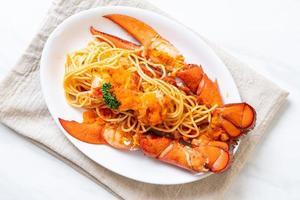 spaghettis de homard avec oeuf de crevettes sur plaque blanche photo