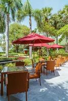 table et chaise de patio extérieur vide avec parasol photo