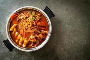 budae jjigae ou budaejjigae, ou ragoût de l'armée ou ragoût de la base de l'armée. il regorge de kimchi, de spam, de saucisses, de nouilles ramen et bien plus encore - le style populaire de la fondue coréenne photo