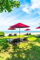 chaises de plage et parasols avec fond de plage océan mer photo