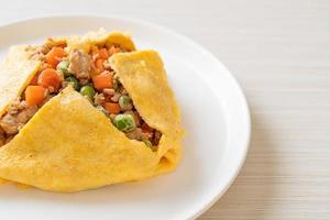 wrap aux œufs ou œuf farci avec du porc haché, des carottes, des tomates et des pois verts photo