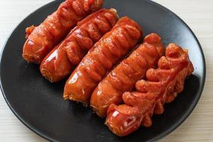 brochette de saucisses frites sur plaque noire photo