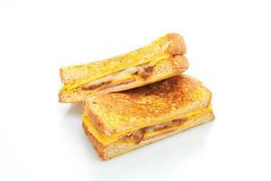 Sandwich au jambon, au bacon et au fromage avec oeuf isolé sur fond blanc photo