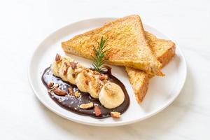 pain perdu à la banane, au chocolat et aux amandes pour le petit-déjeuner photo